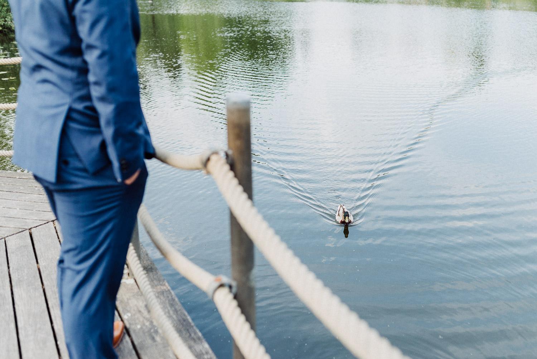 Bräutigam wartet am See auf seine Braut