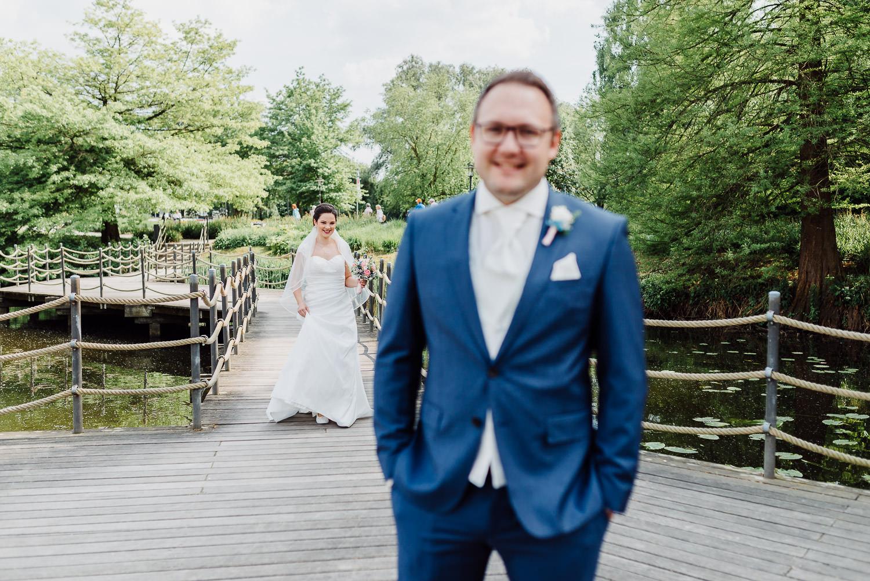 Braut geht beim First Look auf Bräutigam zu