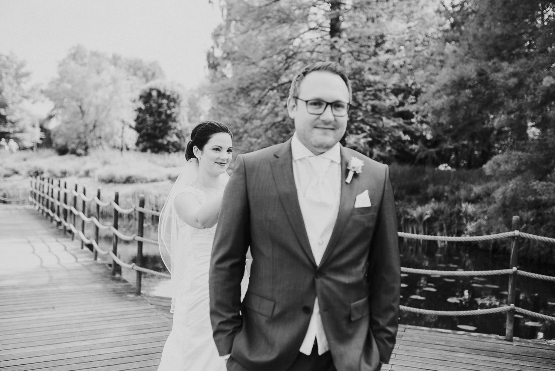 First Look Hochzeitsfoto auf dem Steg am Emssee