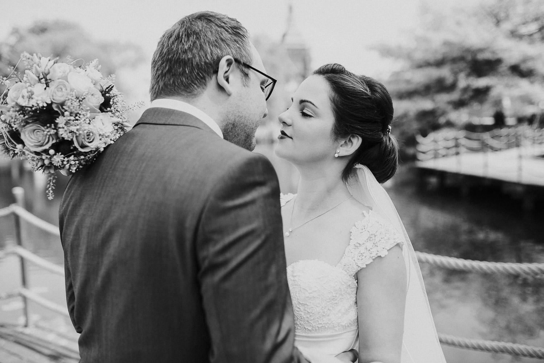 Brautpaar am Emssee in schwarz weiß