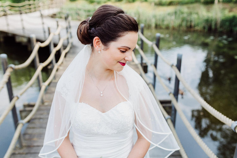 Brautporträt auf einem Steg am See