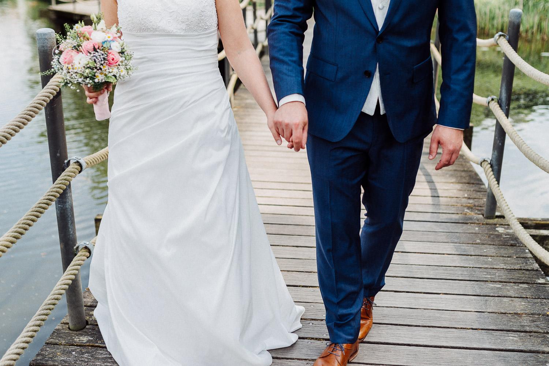 Brautpaar Hand in Hand Hochzeitsfotos Emssee Rheda