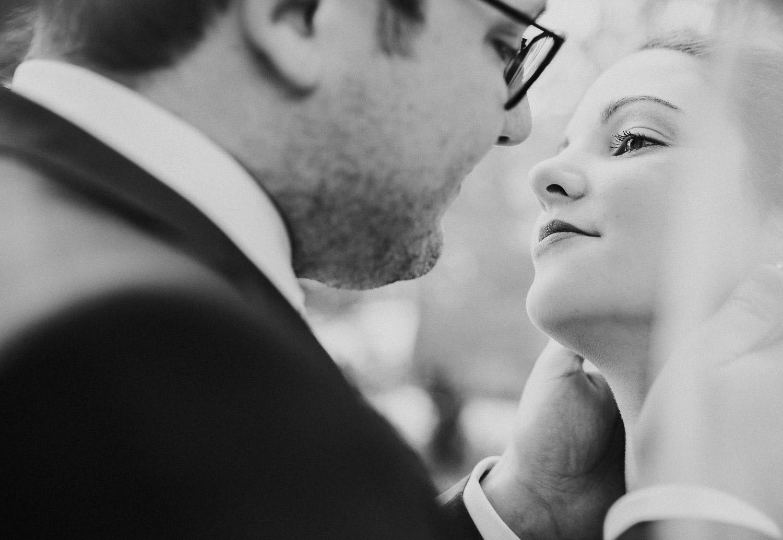 Brautpaar schaut sich tief in die Augen