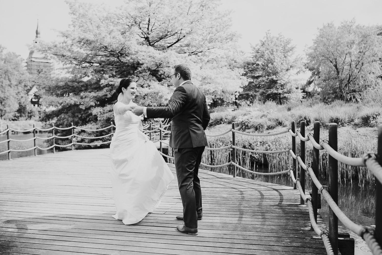 Brautpaar tanzt auf Brücke am Emssee schwarz weiß