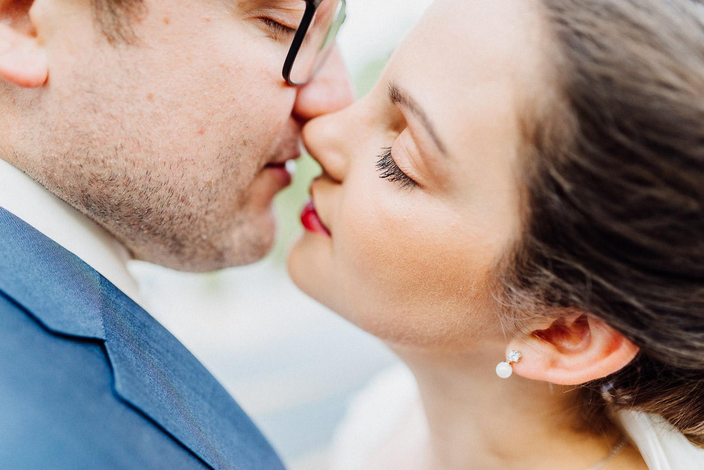 Hochzeitsfoto Emssee in Rheda Brautpaar küßt sich
