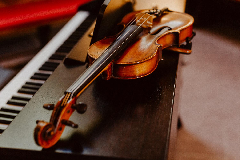 Geige auf Klavier in Kirche