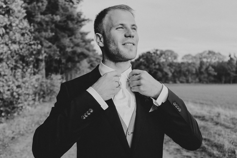 Bräutigam bindet sich die Krawatte