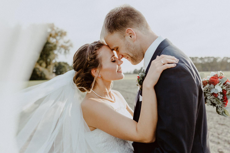 Brautpaar in der Abendsonne bei Oktoberhochzeit