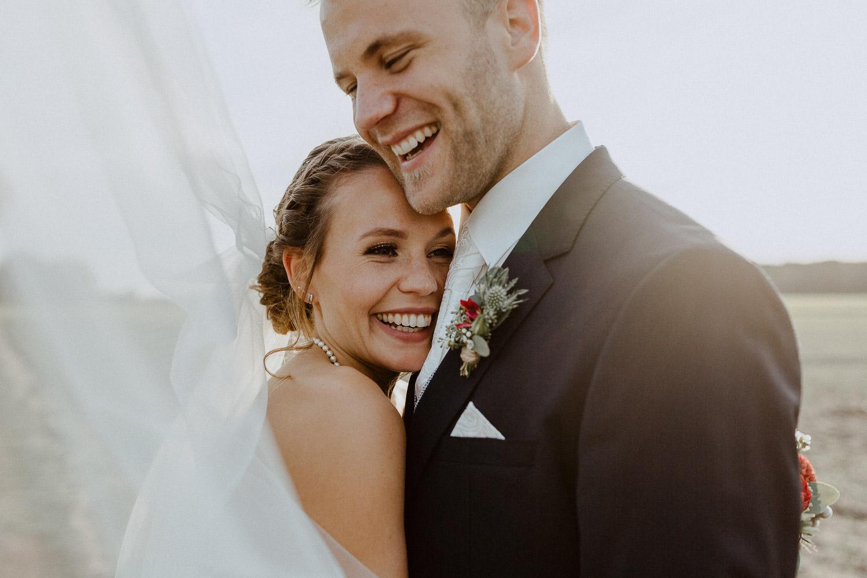 Brautpaar lacht in Abendsonne