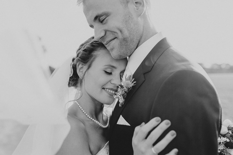 Braut und Bräutigam lehnen sich aneinander