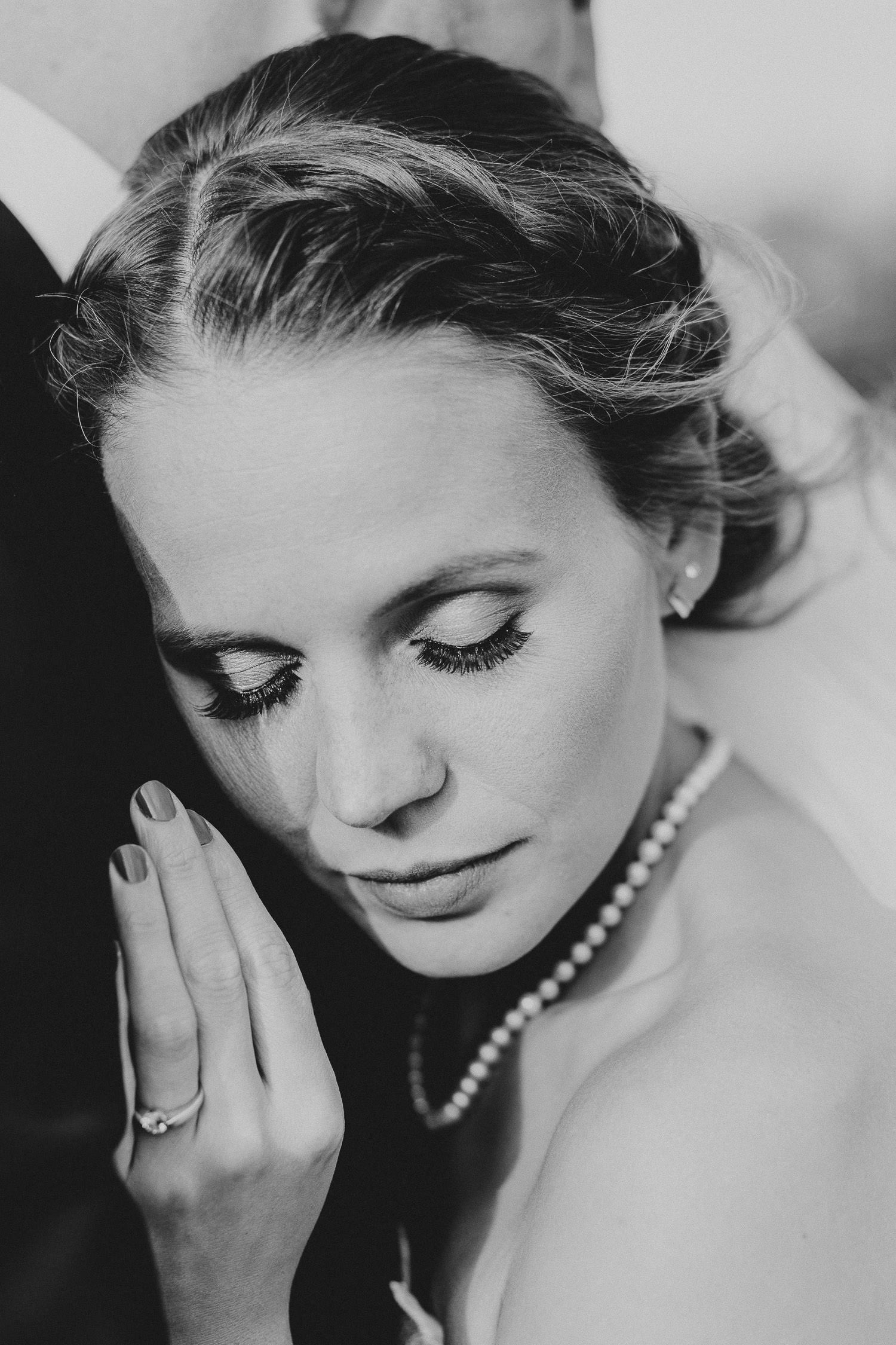 Braut lehnt sich an Brust des Bräutigams