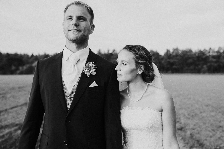 Braut lehnt sich an Schulter des Bräutigams