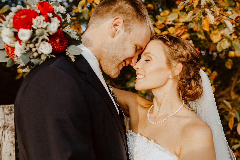 Brautpaar steht Stirn an Stirn voreinander