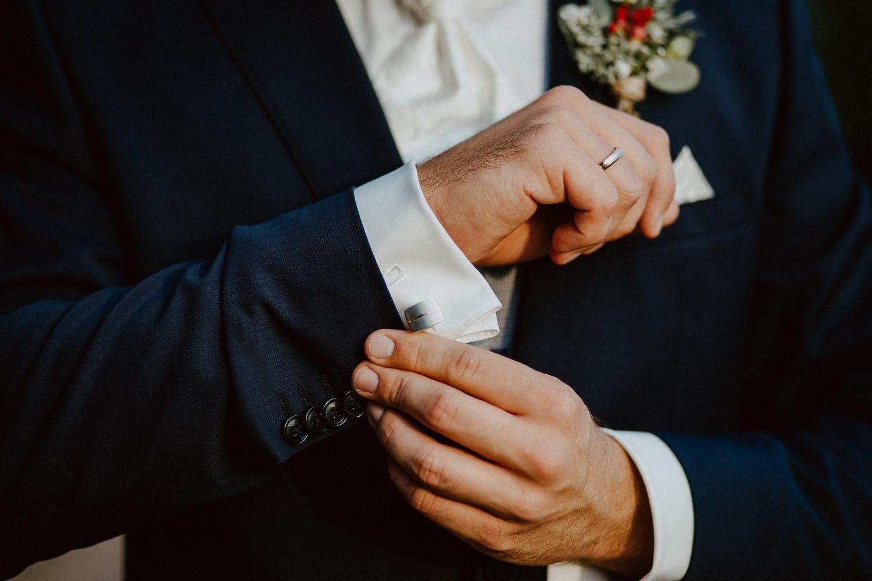 Bräutigam schließt Manschettenknöpfe