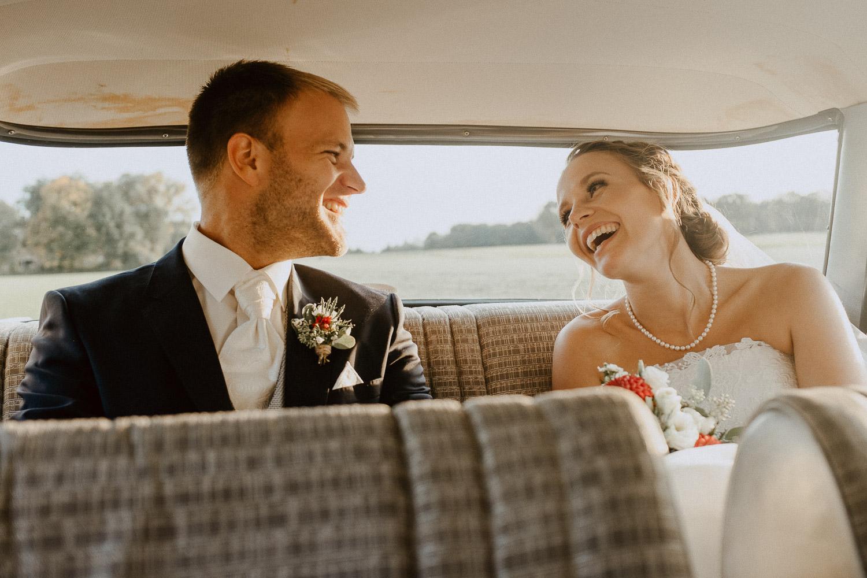 Brautpaar in Oldtimer nach Oktoberhochzeit