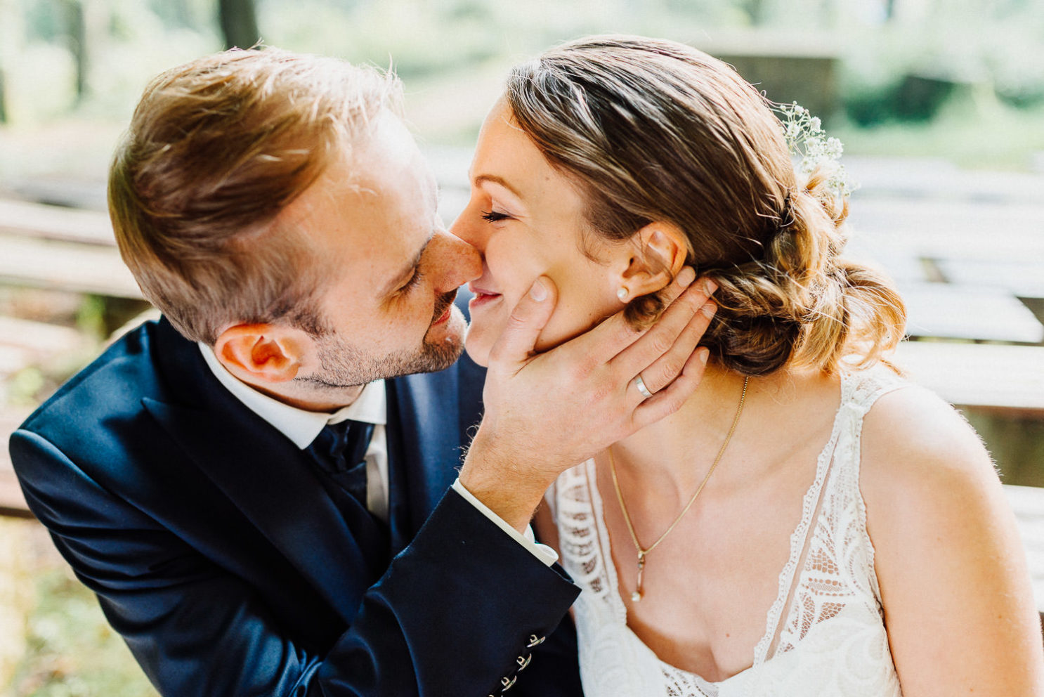 Brautpaar küsst sich in Open Air Kirche Waterböhr