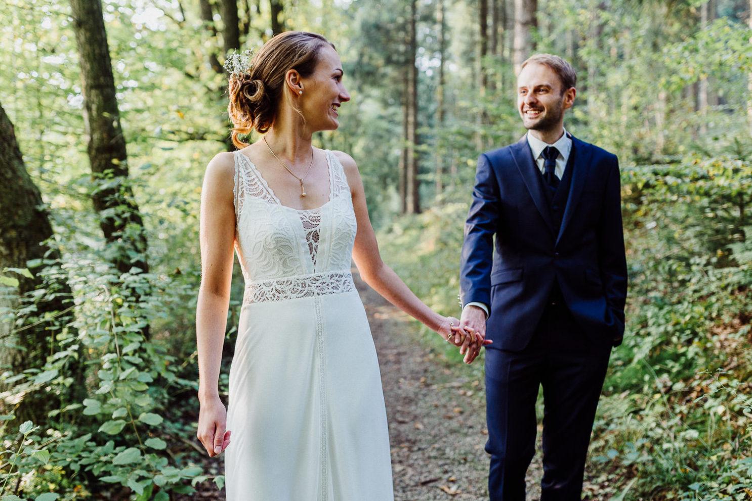 Brautpaar geht durch den Wald in Bielefeld