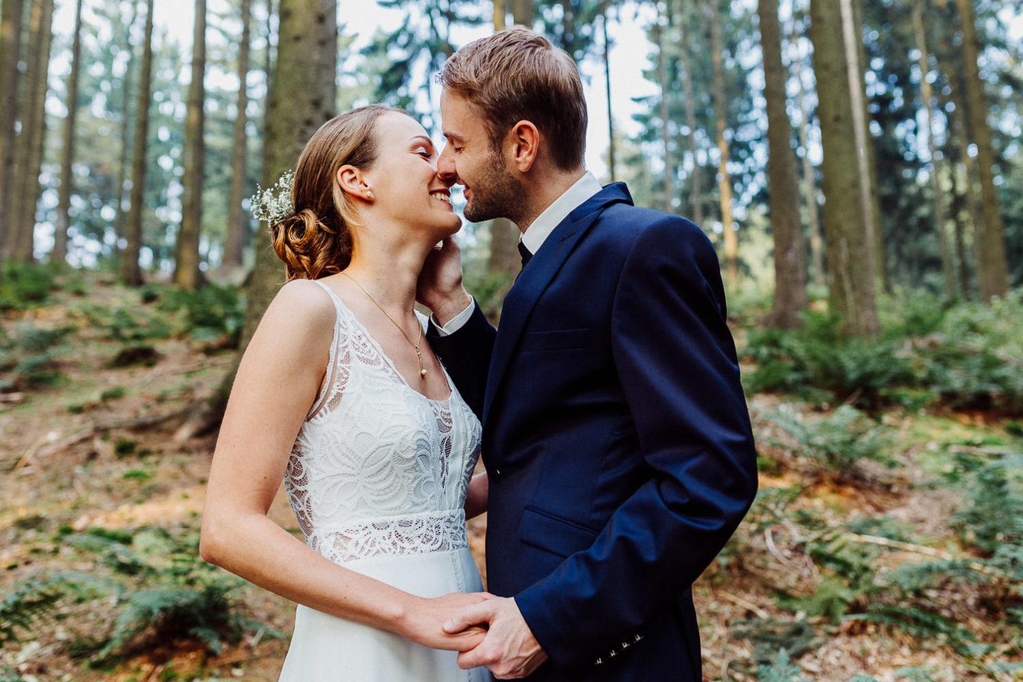 Brautpaar küsst sich im Wald an der Waterböhr Bielefeld