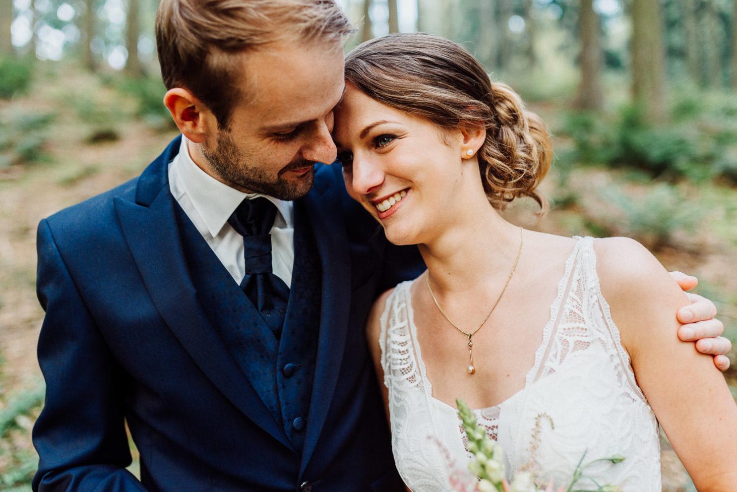 Bräutigam nimmt Braut in den Arm