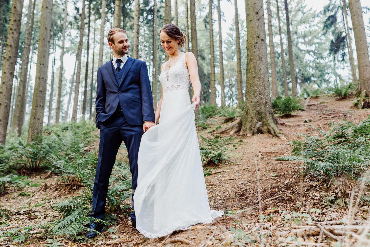 Brautpaar beim Fotoshooting an der Waterböhr