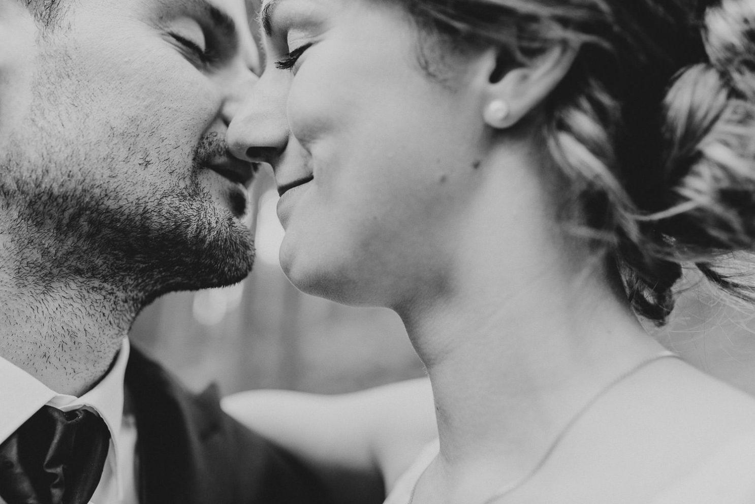 Closeup Hochzeitspaar küsst sich