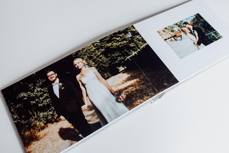 Ansicht von Foto im Hochzeitsalbum