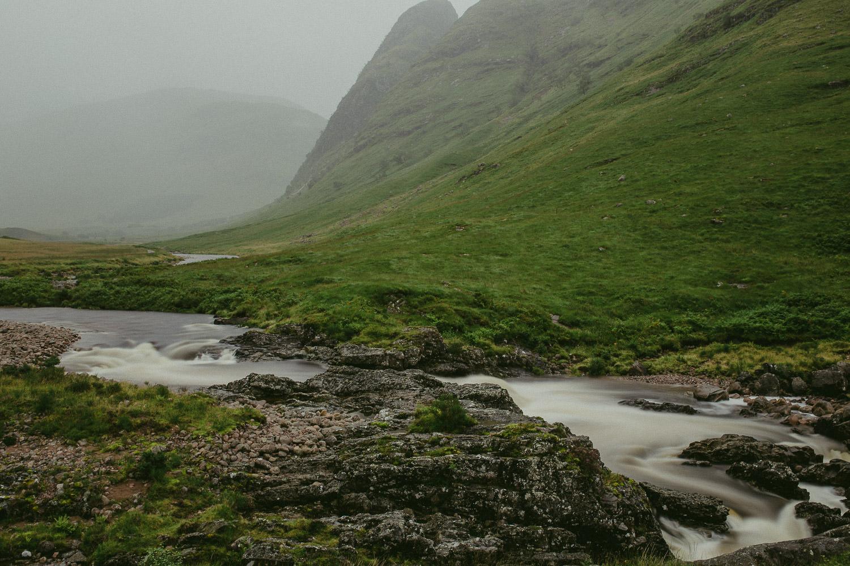 Bach Wasserfall im Glen Coe Tal Schottland