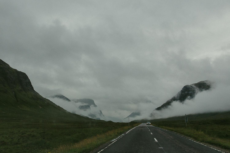 Wolkenverhangene Three Sisters Glen Coe Schottland