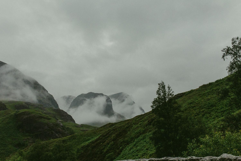 Berge Three Sisters in Glen Coe mit Wolken