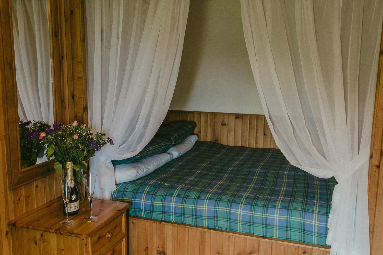 Schottisches Bett in traditionellem Cottage mit Schampagner