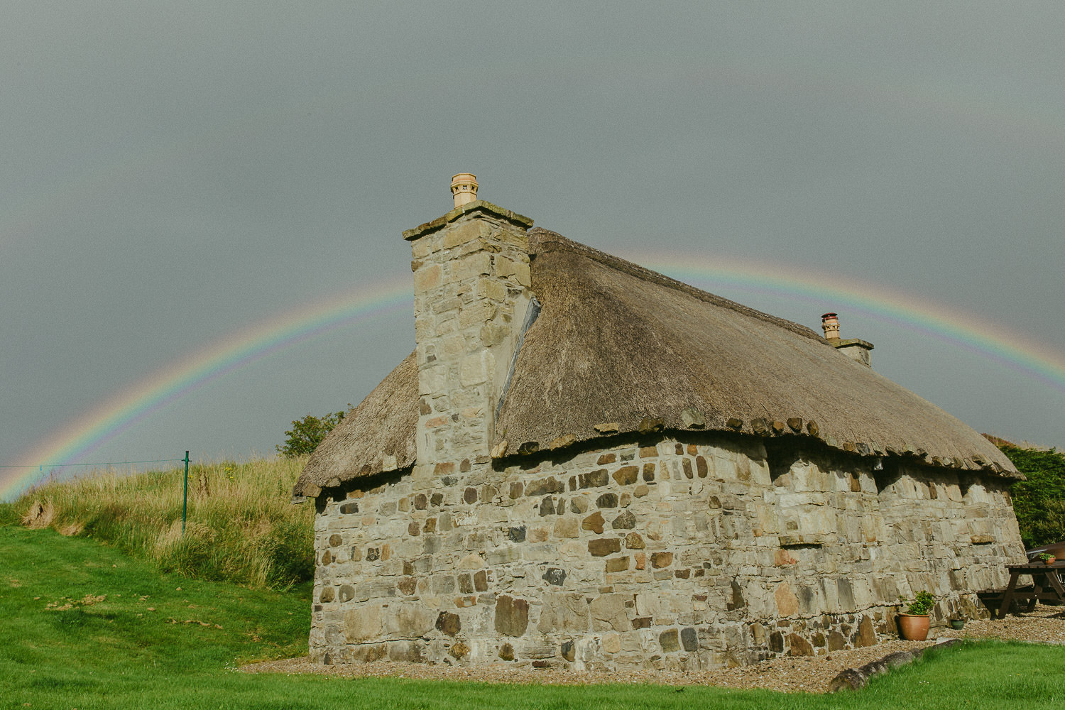 Traditionelles Cottage Steinhaus in Elgol Schottland mit Regenbogen