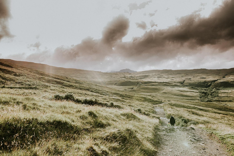 Mann und Kind wandern durch die Berge auf der Isle of Skye