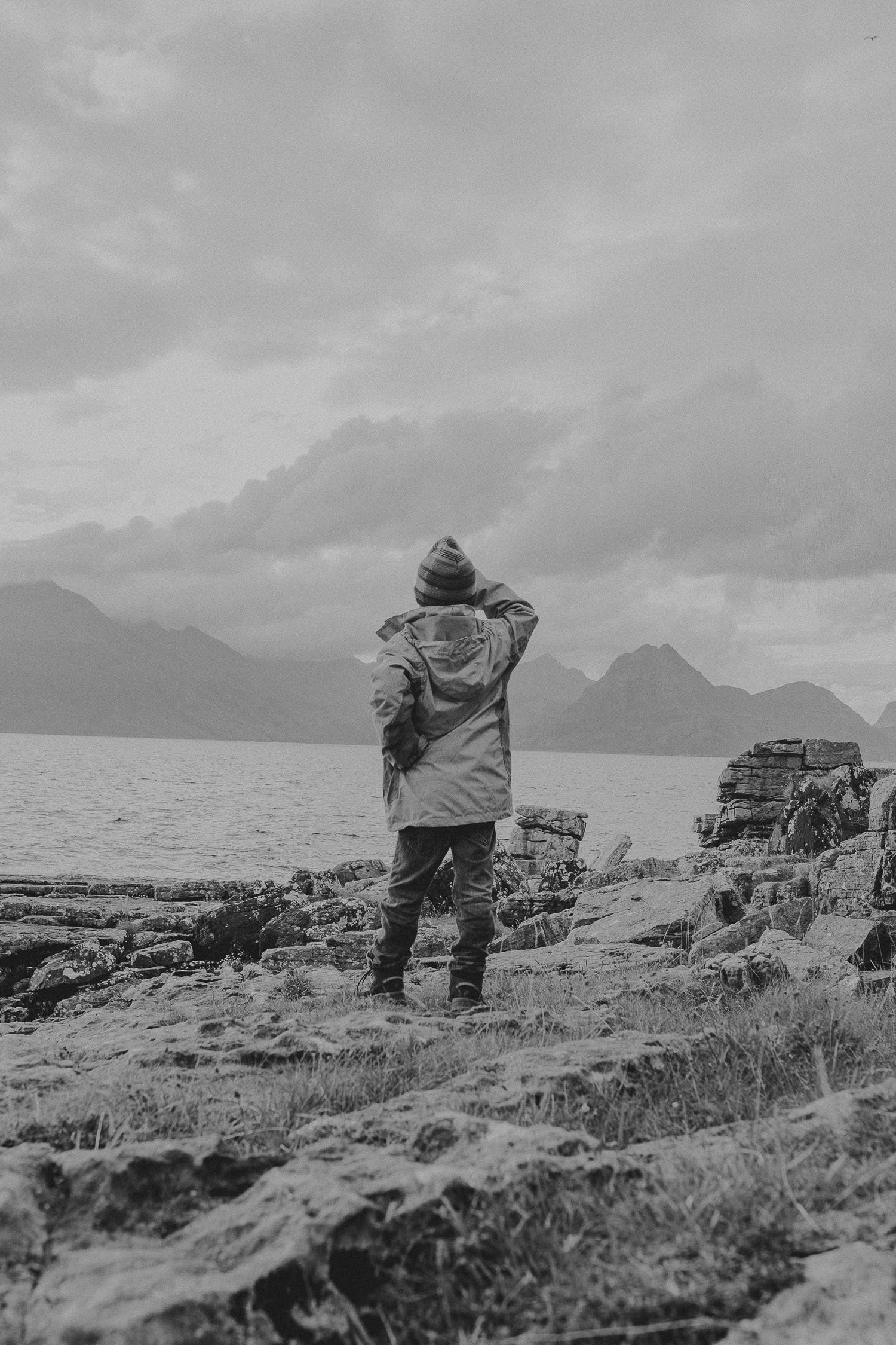 Kind schaut aufs Meer in Elgol Loch Coriusk