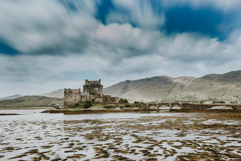 Eilean Donan Castle bei Ebbe in Schottland Langzeitbelichtung