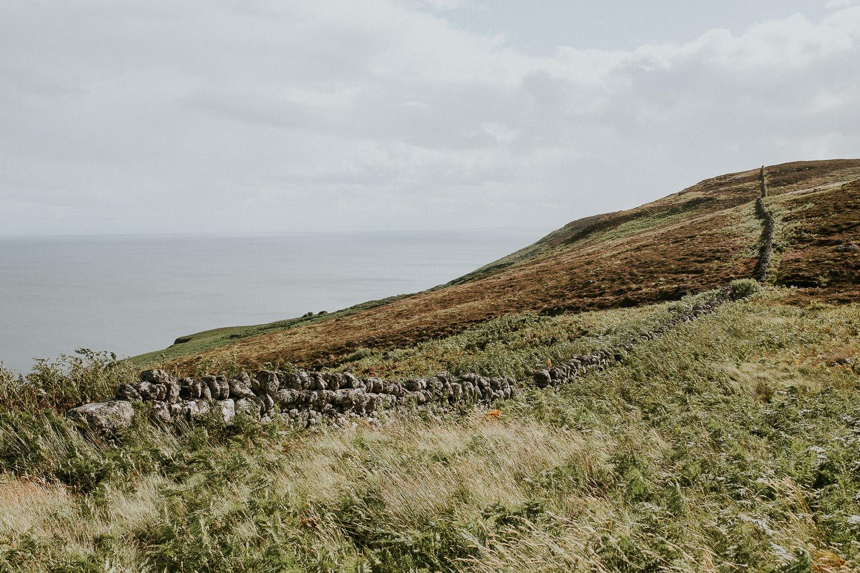 Steinmauer an der Nordsee in Schottland