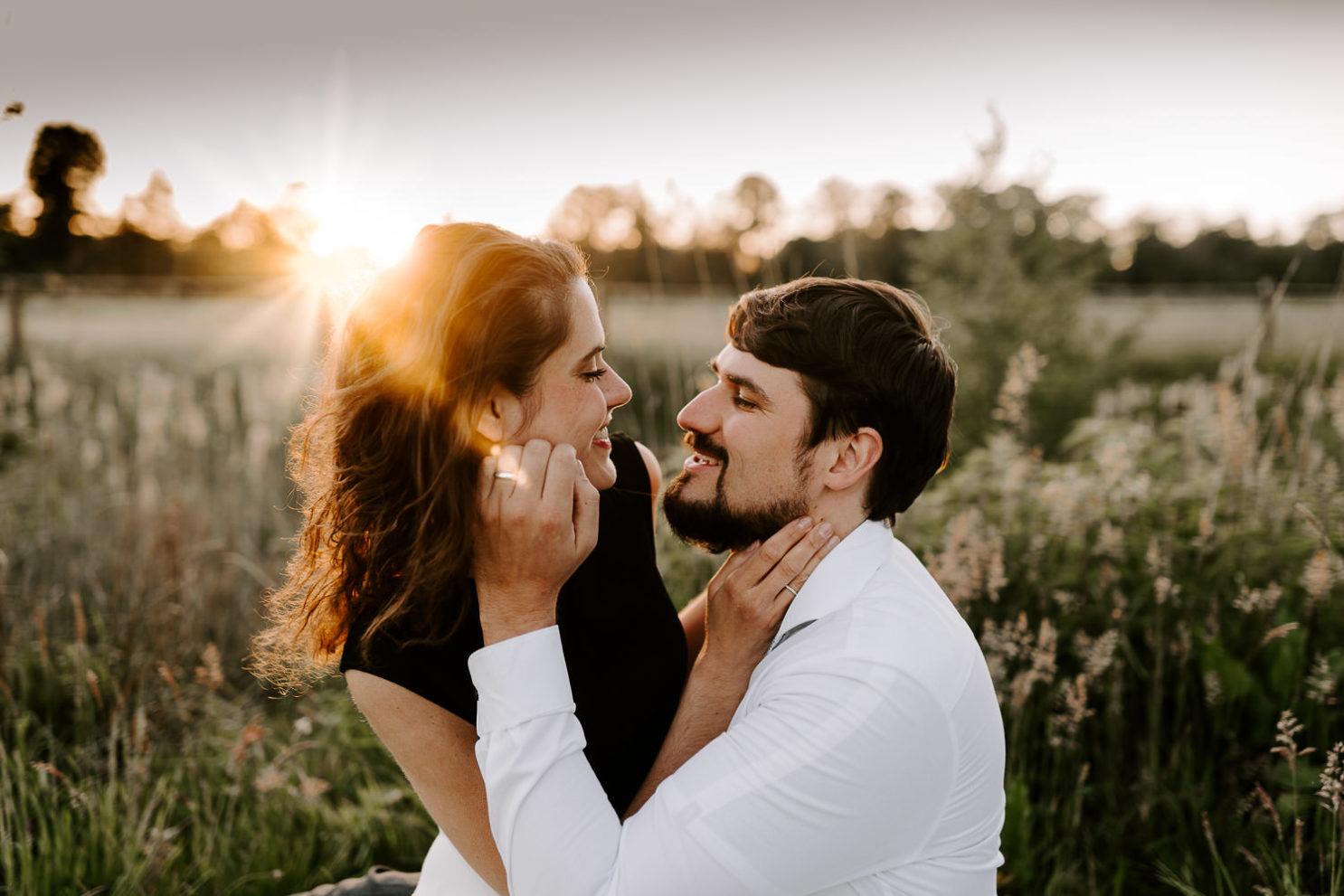 Verlobungsfoto im Sonnenuntergang in Bielefeld